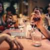 Abren bares y restaurantes: ¿hace falta un permiso para ir después de las 20?